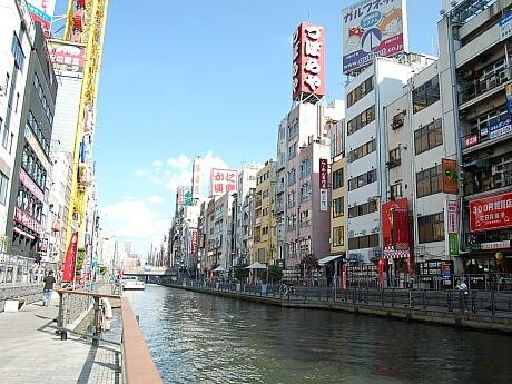「大阪ミナミ水都祭り」が開催されている道頓堀川遊歩道「とんぼりリバーウォーク」