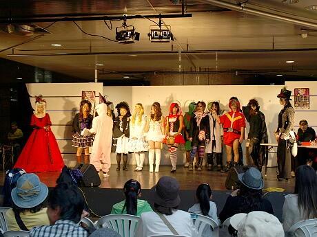 OCATポンテ広場のステージで「仮装コンテスト2009」が行われた。