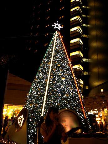 なんばパークス2階広場で点灯式が行われた7メートルのクリスマスツリー