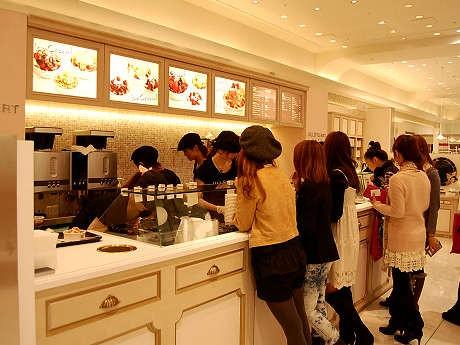 日本初となる「ジルスチュアートカフェ」。11日に行われた内覧会の様子。