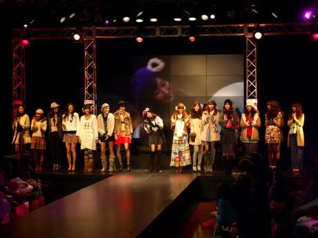 大丸心斎橋劇場で「うふふガールズコレクション」が行われた。スペシャルゲストの藤本美貴さん(中央)。