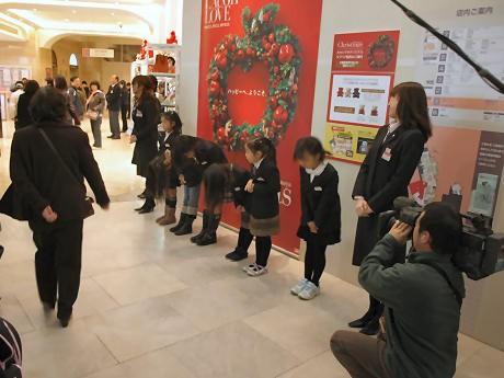 高島屋大阪店入り口で来店客を迎える子ども店員