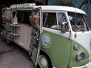 堀江にワーゲンバスの移動カフェ-フレーバードリンク、軽食など提供