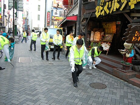 清掃活動を行う日本生命保険の新入社員