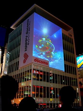 ラズ心斎橋の壁面に登場した3D動画広告。ビル内部にクリスマスツリーが置かれているように見える