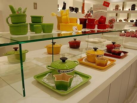 店内にはカラフルなホーロー鍋や食器が並ぶ