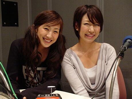 「楽園Dガールズ」を収録中の稲垣早希さん(右)と浅本美加さん(左)©YES-fm