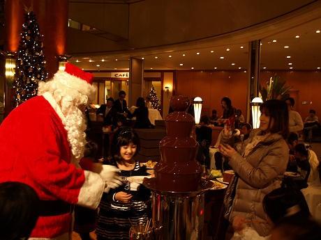 サンタと一緒に「チョコレートファウンテン」を楽しむ子どもたち