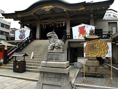 難波神社では巨大絵馬でアーティストの作品を展示