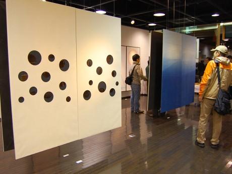 ふすまと和紙の新しい可能性に挑戦した10作品を展示