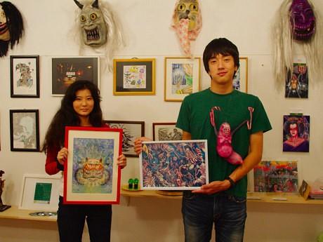 日本画家の酒木光輪さん(左)と画家の宇治茶さん(右)