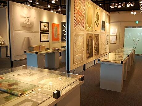 国際的なタイポグラフィの競技会、「東京TDC賞2010」の受賞作品など約100作品を展示
