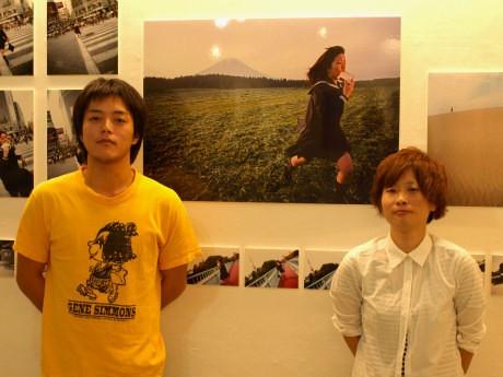 企画担当の前田裕紀さん(左)とカメラマンの木原千裕さん