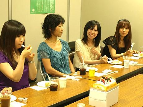 クリスマスケーキの一般試食会で感想や意見を述べ合う参加者たち