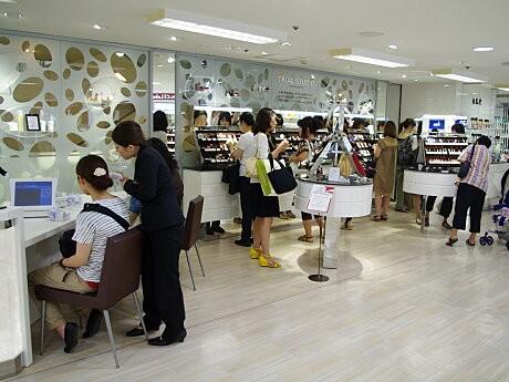 化粧品売り場には、約400種類のメークアップ用品を試すことができる「トライアル スタジオ」も。