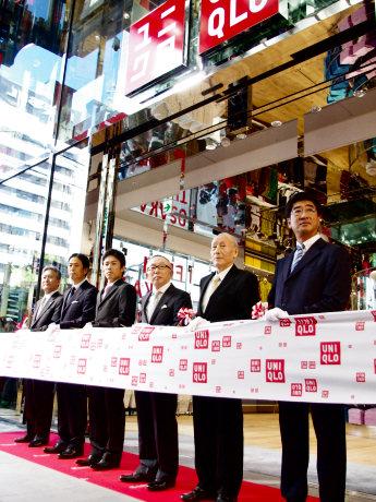 テープカットには、柳井正社長(右から3人目)や、元阪神タイガースの赤星憲広さん(左から3人目)も参加した