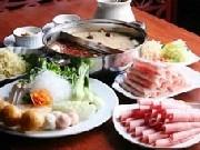 ラム肉などの肉や野菜、豆腐などを入れて食べる中国の鍋料理