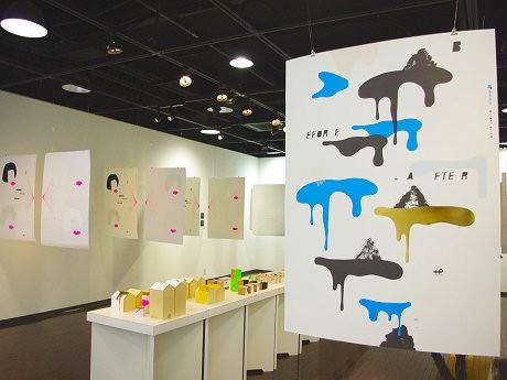 ポスターや立体物を展示。手で触れて紙の違いを楽しむことができる