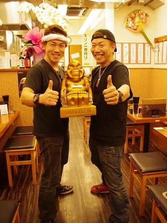 大橋治久店長(左)と白柳好章社長(右)
