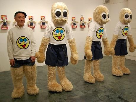 新作「MOJAGON」の隣に立つアーティストのMASAGONさん