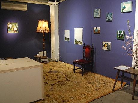 家具や壁紙を配した「部屋」に若手の気鋭作家7人の作品を展示