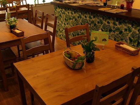 木のテーブル・椅子で統一した店内