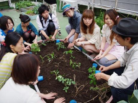 山村龍和さん(右)の説明を聞く参加者ら