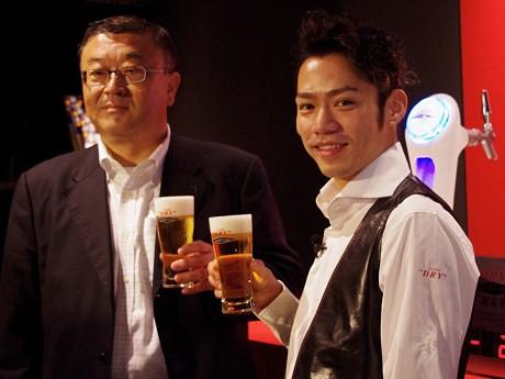 アサヒビール執行役員の野原優さん(左)とフィギュアスケーターの高橋大輔選手(右)