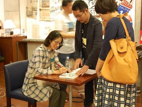 アメリカ村でトークショーを行った「拡張するファッション」の著者・林央子さん(写真はトーク終了後に行なわれたサイン会の様子)