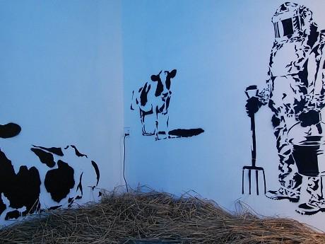 ZENONEさんはバンクシーさんを思わせる「オマージュ的」グラフィティを壁に描いた