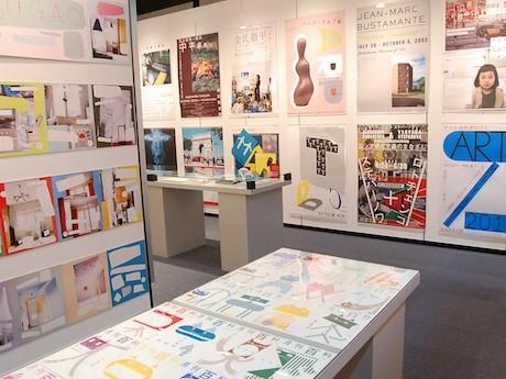 キューピーハーフの雑誌広告やポスターなど、服部さんの代表作を展示する