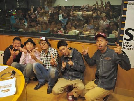 シクラメンのメンバーと、DJの遠藤淳さん