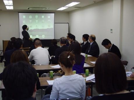 ソフトバンクの担当者が講師となり、iPadの使い方を勉強した