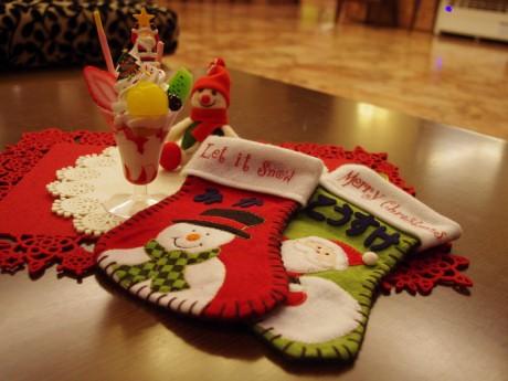 「クリスマススイーツサンプル製作体験プラン」で提供するスイーツ(左)と、「クリスマスファミリープラン」で提供する靴下(右)