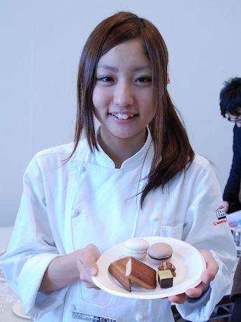 開発に参加した、製菓専門学校「レコール・バンタン」の学生(写真=永田麗子さん)と「大阪ハッピースイーツ」の試作品全6種