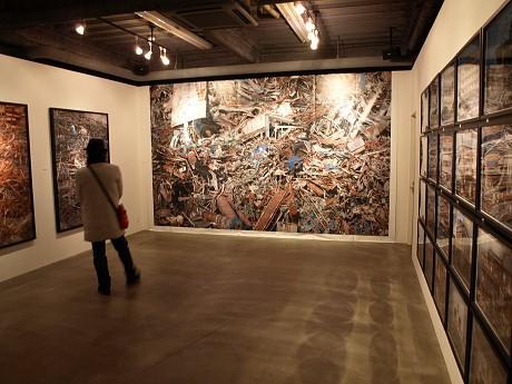 「TEZUKAYAMA GALLERY」に大きく展示された震災の記録写真