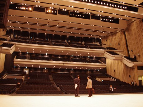 舞台から見た客席。従来の赤から黒を基調にイメージを一新した