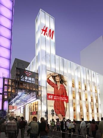 ユニクロのグローバル旗艦店「ユニクロ心斎橋店」(左)向かいにオープンする「H&M SHINSAIBASHI」