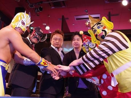 大阪プロレスの阪上会長(中央左)、日本介護福祉グループの斉藤正行副社長(中央右)と、レスラーたち