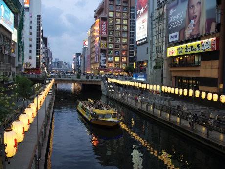 ちょうちんで飾られた道頓堀川を僧侶が船から読経して清める