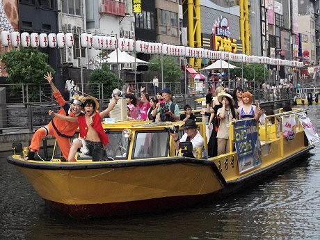 コスプレーヤーがクルーズ船に乗りゲリラライブ