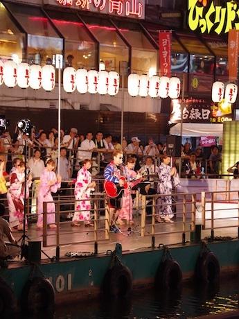 嘉門さんの歌に合わせて浴衣姿で踊るOSK日本歌劇団のメンバー