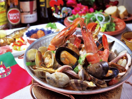 看板メニューの郷土料理「カタプラーナ」は中華鍋を2つ合わせたような円盤形の鍋で作る蒸し料理