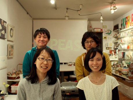 PEAS代表の植村泰之さん(左上)らアニメ作家たち