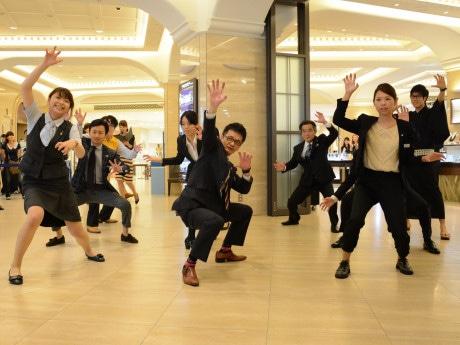 「スリラー」を踊りきった従業員