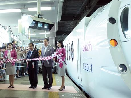 出発セレモニーに参加した南海電鉄の亘信二社長(左から2人目)とPeachの井上慎一代表取締役(3人目)