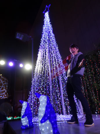 点灯式にゲスト出演したTKOの木本さんと5メートルの巨大ツリー