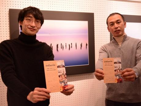 オーナーの橋本大和さん(左)とナダール大阪として最後の写真展を開いている田中朗さん