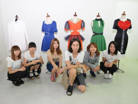 TAKUさん(手前)と学生たち