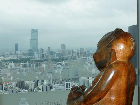 スイスホテルから通天閣を眺めるビリケンさん